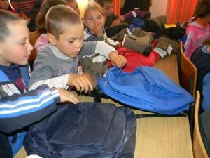 Copiii din satul Liteni au primit ghiozdane cu rechizite si ghetute de iarna