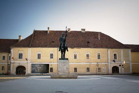 Statuia_lui_Mihai_Viteazul__Palatul_Principilor.jpg