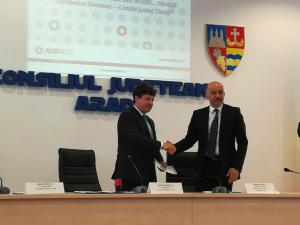 Au fost semnate primele doua contracte de finantare pentru drumurile judetene din judetul Arad, finantate prin Regio-POR 2014-2020