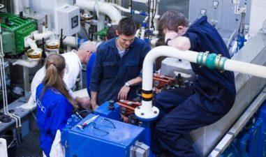 Firmele care incadreaza stagiari sau ucenici vor primi subventii majorate: 250-300 euro de persoana