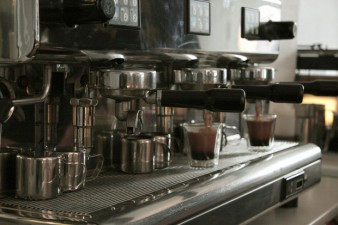 Doi antreprenori au investit 60.000 de euro intr-o prajitorie de cafea in centrul Capitalei