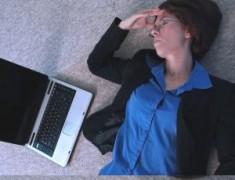 femeie_laptop_trista.jpg