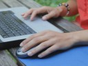 OUG privind cei 2.500 lei pentru laptopuri s-a modificat. Dacă angajatorii nu au transmis în REVISAL telemunca în perioada de urgență, nu vor primi nimic