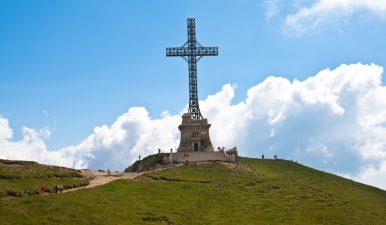 """""""Crucea comemorativa a eroilor romani din Primul Razboi mondial"""" de pe Masivul Caraiman va putea fi reabilitata prin finantare de la bugetul de stat"""