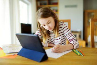Autoritățile locale vor primi 100 milioane euro pentru achiziția a 500.000 de laptouri și tablete destinate elevilor